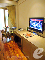 パタヤ サウスパタヤのホテル : アヴァニ パタヤ リゾート&スパ(AVANI Pattaya Resort & Spa)のテラス スイートルームの設備 LCD TV