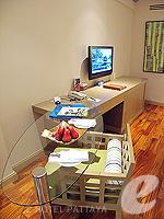 パタヤ サウスパタヤのホテル : アヴァニ パタヤ リゾート&スパ(AVANI Pattaya Resort & Spa)のテラス スイートルームの設備 Writing Table