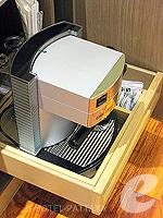 パタヤ サウスパタヤのホテル : アヴァニ パタヤ リゾート&スパ(AVANI Pattaya Resort & Spa)のテラス スイートルームの設備 Coffee Maker