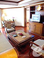 パタヤ サウスパタヤのホテル : アヴァニ パタヤ リゾート&スパ(AVANI Pattaya Resort & Spa)の1ベッドルーム スイートルームの設備 Living Room