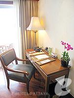 パタヤ サウスパタヤのホテル : アヴァニ パタヤ リゾート&スパ(AVANI Pattaya Resort & Spa)の1ベッドルーム スイートルームの設備 Desk