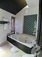 クラビ カップル&ハネムーンのホテル : ピース ラグーナ リゾート(Peace Laguna Resort & Spa)のデラックス コテージルームの設備 Bathroom