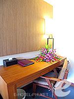 プーケット カタビーチのホテル : ピーチ ブロッサム リゾート(Peach Blossom Resort)のグランド デラックスルームの設備 Writing Desk