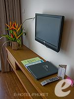 プーケット プールヴィラのホテル : ピーチヒル ホテル&リゾート(Peach Hill Hotel & Resort)のスーペリアルームの設備 LCD TV