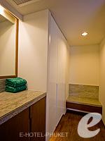 プーケット プールヴィラのホテル : ピーチヒル ホテル&リゾート(Peach Hill Hotel & Resort)のスーペリアルームの設備 Walk-in Closet