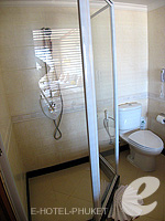 Bathroom : Grand Deluxe at Phuket Graceland Resort & Spa, USD 50-100, Phuket