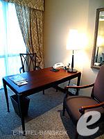 バンコク BTSプルンチット駅のホテル : ザ アテネ ホテル ラグジュアリー コレクション ホテル バンコク (The Athenee Hotel a Luxury Collection Hotel Bangkok)のロイヤル クラブ ルームルームの設備 Writing Desk