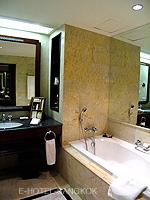 バンコク BTSプルンチット駅のホテル : ザ アテネ ホテル ラグジュアリー コレクション ホテル バンコク (The Athenee Hotel a Luxury Collection Hotel Bangkok)のロイヤル クラブ ルームルームの設備 Bathroom