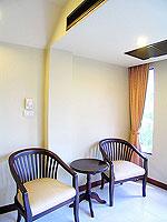 プーケット ロングステイのホテル : ポッパ パレス(Poppa Palace)のデラックス(ダブル/ツイン)ルームの設備 Chair