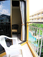 プーケット ロングステイのホテル : ポッパ パレス(Poppa Palace)のデラックス(ダブル/ツイン)ルームの設備 Balcony