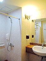 プーケット ロングステイのホテル : ポッパ パレス(Poppa Palace)のデラックス(ダブル/ツイン)ルームの設備 Bath Room