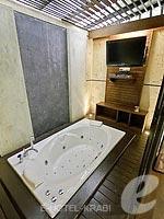 クラビ ライレイのホテル : ライレイ ビレッジ リゾート(Railay Village Resort & Spa)のジャグジー ヴィラルームの設備 Jacuzzi Bathtub