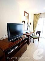 パタヤ ジョムティエンビーチのホテル : ラビンドラ ビーチ リゾート & スパ(Ravindra Beach Resort & Spa)のデラックス ルームルームの設備 LCD TV
