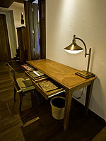 サムイ島 チョンモーンビーチのホテル : ロイヤル ムアン サムイ ヴィラ(Royal Muang Samui Villas)のプール スイートルームの設備 Writing Desk