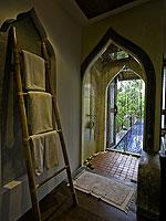サムイ島 チョンモーンビーチのホテル : ロイヤル ムアン サムイ ヴィラ(Royal Muang Samui Villas)のプール スイートルームの設備 Bathroom