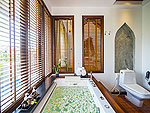 サムイ島 チョンモーンビーチのホテル : ロイヤル ムアン サムイ ヴィラ(Royal Muang Samui Villas)のファミリー プール ヴィラ 2ベッドルームルームの設備 Bath Room