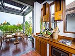 サムイ島 チョンモーンビーチのホテル : ロイヤル ムアン サムイ ヴィラ(Royal Muang Samui Villas)のプール ヴィラ オーシャンビュールームの設備 Kitchen