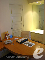バンコク 王宮・カオサン周辺のホテル : ロイヤル プリンセス ラーン ルアン バンコク(Royal Princess Larn Luang Bangkok)のスーペリアルームの設備 Writing Desk