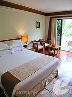 プーケット オーシャンビューのホテル : サファリ ビーチ ホテル(Safari Beach Hotel)のコンテンポラリー タイ デラックスルームの設備 Bedroom