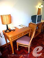 プーケット オーシャンビューのホテル : サファリ ビーチ ホテル(Safari Beach Hotel)のコンテンポラリー タイ デラックスルームの設備 Writing Desk