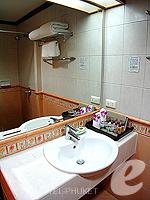 プーケット オーシャンビューのホテル : サファリ ビーチ ホテル(Safari Beach Hotel)のコンテンポラリー タイ デラックスルームの設備 Bathroom