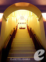 サムイ島 フィットネスありのホテル : サラ サムイ チョンモンビーチ リゾート(SALA Samui Choengmon Beach Resort)のデラックス バルコニールームの設備 Stairs