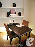 バンコク ファミリー&グループのホテル : サラデーン コロネード(Saladaeng Colonnade)のデラックス(1ベッドルーム)ルームの設備 Dinning Table