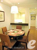 バンコク ファミリー&グループのホテル : サラデーン コロネード(Saladaeng Colonnade)のデラックス 2ベッドルームルームの設備 Dinning Table