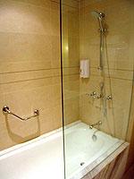 プーケット インターネット接続(無料)のホテル : サワディー パトン リゾート(Sawaddi Patong Resort)のスーペリアルームの設備 Bathroom