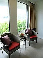 プーケット インターネット接続(無料)のホテル : サワディー パトン リゾート(Sawaddi Patong Resort)のデラックスルームの設備 Sitting Area