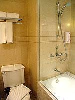 プーケット インターネット接続(無料)のホテル : サワディー パトン リゾート(Sawaddi Patong Resort)のデラックスルームの設備 Bathroom
