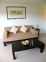 プーケット インターネット接続(無料)のホテル : サワディー パトン リゾート(Sawaddi Patong Resort)のスイートルームの設備 Living Room