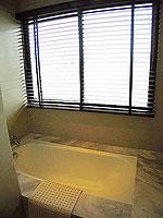 プーケット インターネット接続(無料)のホテル : サワディー パトン リゾート(Sawaddi Patong Resort)のスイートルームの設備 Bathroom