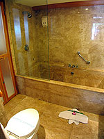 プーケット パトンビーチのホテル : シービュー パトン ホテル(Seaview Patong Hotel)のプールアクセス(ツイン/ダブル)ルームの設備 Bath Room