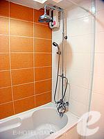 バンコク ファミリー&グループのホテル : シーロム コンベント ガーデン(Silom Convent Garden)のスタジオ A ルームの設備 Bathroom
