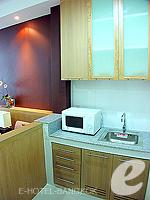 バンコク ファミリー&グループのホテル : シーロム コンベント ガーデン(Silom Convent Garden)のスタジオ E ルームの設備 Kitchen