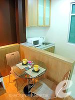 バンコク ファミリー&グループのホテル : シーロム コンベント ガーデン(Silom Convent Garden)のスタジオ E ルームの設備 Dining Area