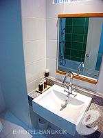 バンコク ファミリー&グループのホテル : シーロム コンベント ガーデン(Silom Convent Garden)のスタジオ E ルームの設備 Bathroom
