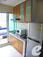バンコク ファミリー&グループのホテル : シーロム コンベント ガーデン(Silom Convent Garden)のスタジオ B ルームの設備 Kitchen