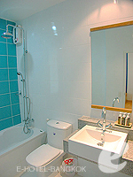 バンコク ファミリー&グループのホテル : シーロム コンベント ガーデン(Silom Convent Garden)のスタジオ B ルームの設備 Bathroom