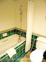 バンコク ファミリー&グループのホテル : シーロム セリーヌ(Silom Serene)のデラックス(ツイン)ルームの設備 Bathroom