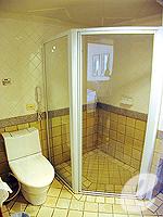 バンコク ファミリー&グループのホテル : シーロム セリーヌ(Silom Serene)の1ベッドルーム スイート(ダブル)ルームの設備 Bathroom