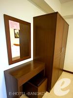 バンコク スワンナプーム空港周辺のホテル : シルバー ゴールド ガーデン スワンナプーム エアポート(Silver Gold Garden Suvarnabhumi Airport)のスーペリアルーム(ルームオンリー)ルームの設備 Closet
