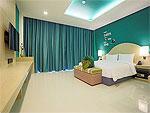 プーケット パトンビーチのホテル : スリープ ウィズ ミー ホテル(Sleep with Me Hotel Design Hotel at Patong)のデラックス ジャグジールームの設備 Bedroom