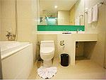 プーケット パトンビーチのホテル : スリープ ウィズ ミー ホテル(Sleep with Me Hotel Design Hotel at Patong)のデラックス ジャグジールームの設備 Bath Room