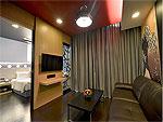 プーケット パトンビーチのホテル : スリープ ウィズ ミー ホテル(Sleep with Me Hotel Design Hotel at Patong)のスイートルームの設備 Living Area