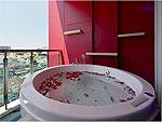 プーケット パトンビーチのホテル : スリープ ウィズ ミー ホテル(Sleep with Me Hotel Design Hotel at Patong)のスイートルームの設備 Outdoor Jacuzzi