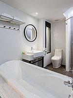 プーケット 5,000円以下のホテル : シュガー マリーナ リゾート ファッション カタ ビーチ(Sugar Marina Resort FASHION Kata Beach)のデラックス プール アクセスルームの設備 Bath Room