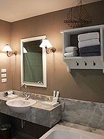 プーケット プールアクセスのホテル : シュガー マリーナ リゾート ノウティカル カタ ビーチ(Sugar Marina Resort NAUTICAL Kata Beach)のデラックスプールビュールームの設備 Bath Room