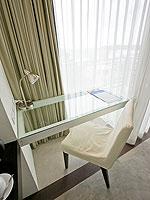 プーケット ファミリー&グループのホテル : シュガーパーム グランド ヒルサイド(Sugar Palm Grand Hillside)のグランド デラックスルームの設備 Table
